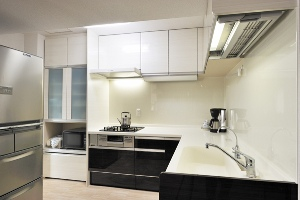 キッチンをL型にして動線を短縮。洗面化粧台も取り替え、すっきり美しく