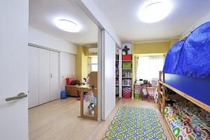 引き戸の間仕切りによって、将来はそれぞれの個室として使える広く明るい子ども室に