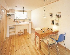 カントリー調のオーダーキッチン、質感豊かな天然素材で、温もり漂う住まいに