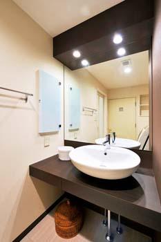 造作洗面化粧台を中心にデザイン性をアップ。すっきり片付くお洒落な住まいが実現